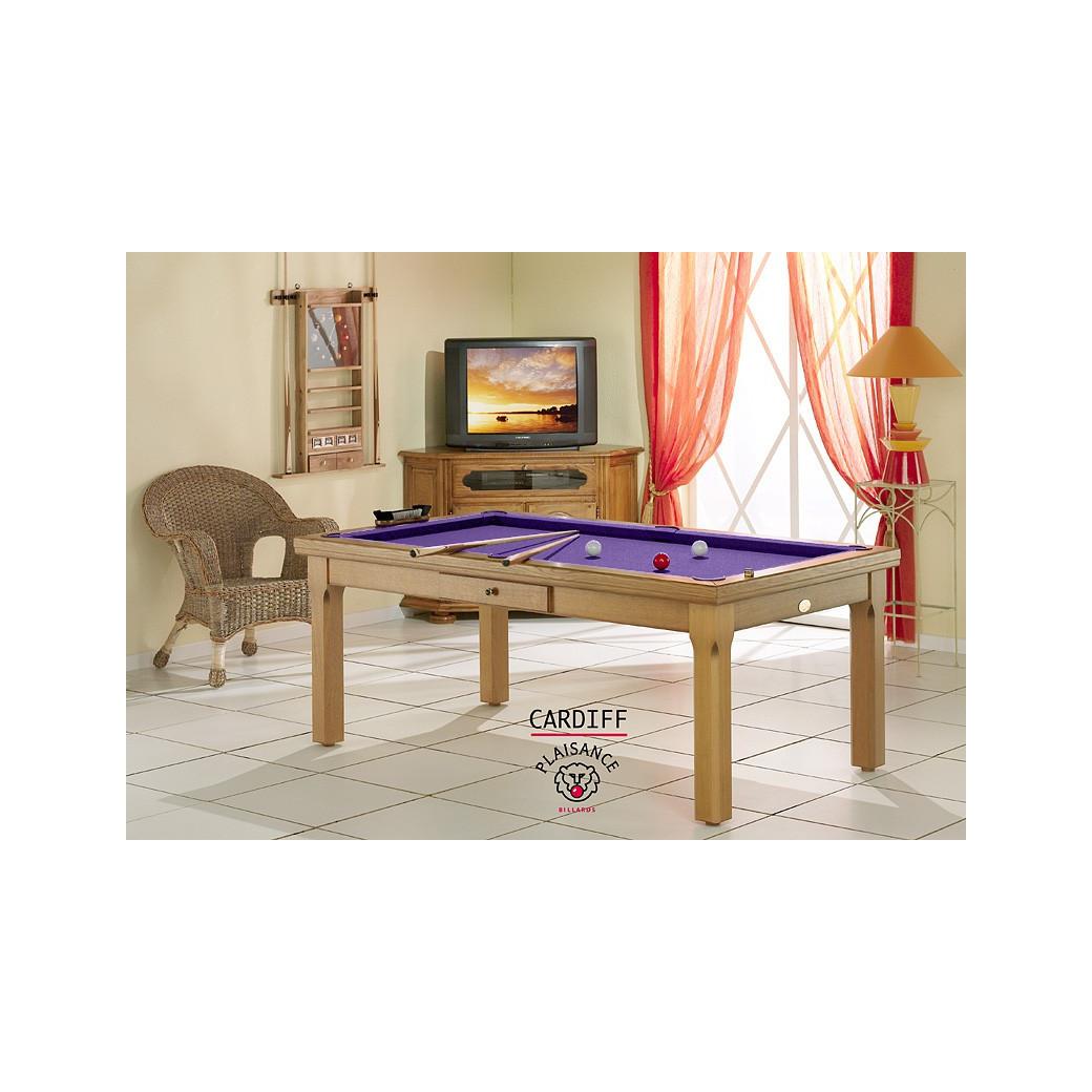Canne billard, posée sur le tapis violet du billard convertible en table