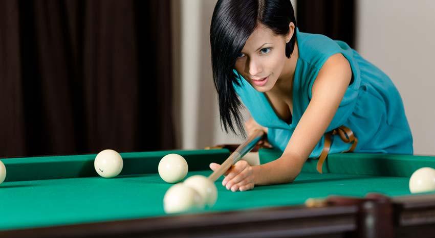 Femme qui joue au billard russe