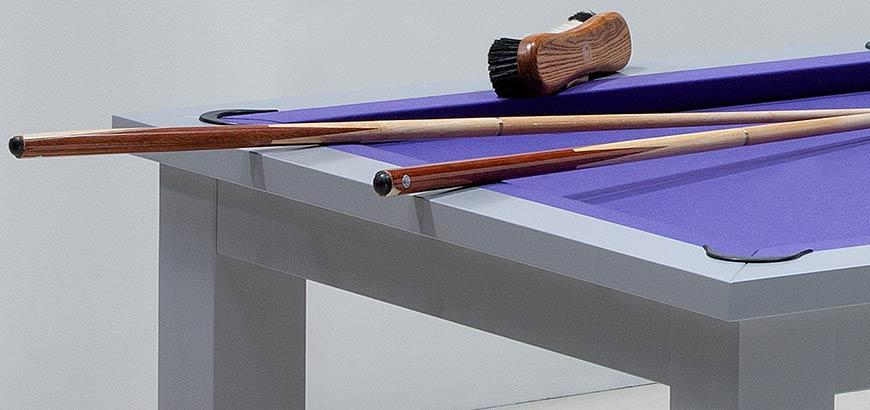 Billard francais : tapis violet et 2 queues de billard