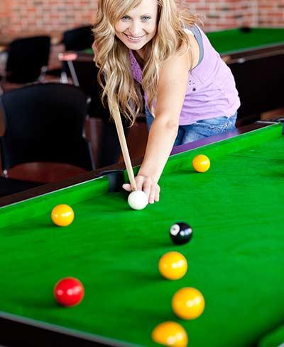 Femme qui joue au billard anglais