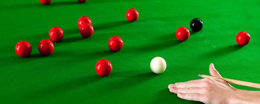 Billard snooker et ses boules de billard rouges sur tapis vert